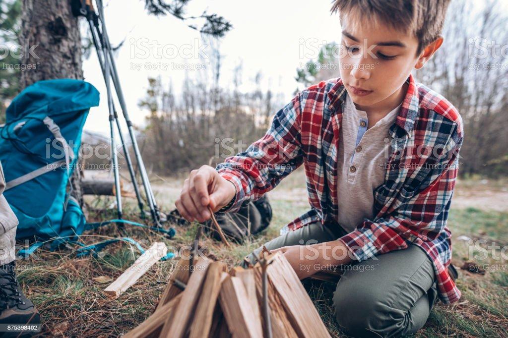 Junge machen Lagerfeuer – Foto