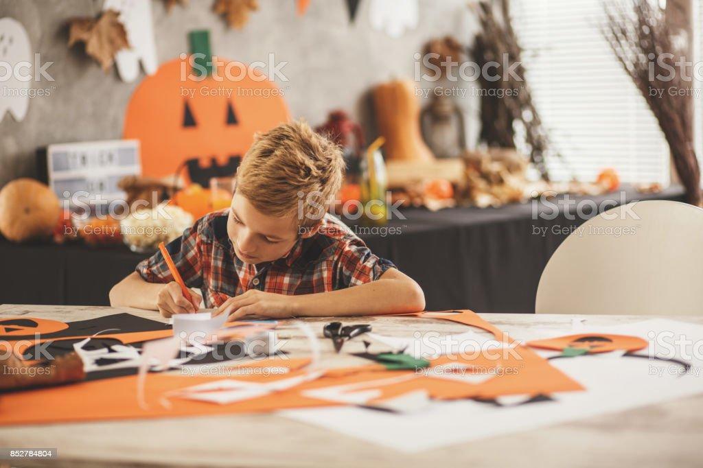 Un Niño Haciendo Decoración Para Halloween Foto De Stock Y
