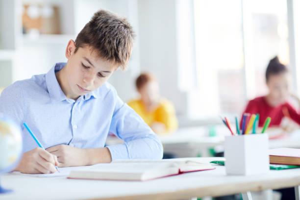 Junge machen sich Notizen – Foto