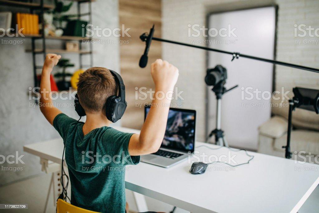 Boy making vlog - Zbiór zdjęć royalty-free (8 - 9 lat)