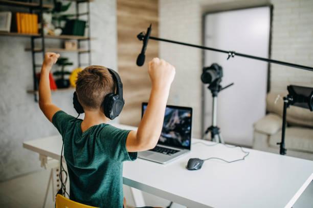 男孩製作vlog - influencer 個照片及圖片檔