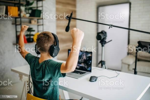 Boy Making Vlog - zdjęcia stockowe i więcej obrazów 8 - 9 lat