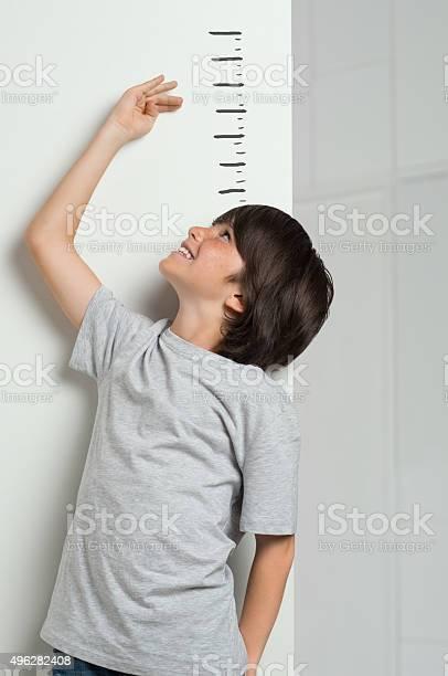Boy Measuring His Height Stockfoto en meer beelden van 2015