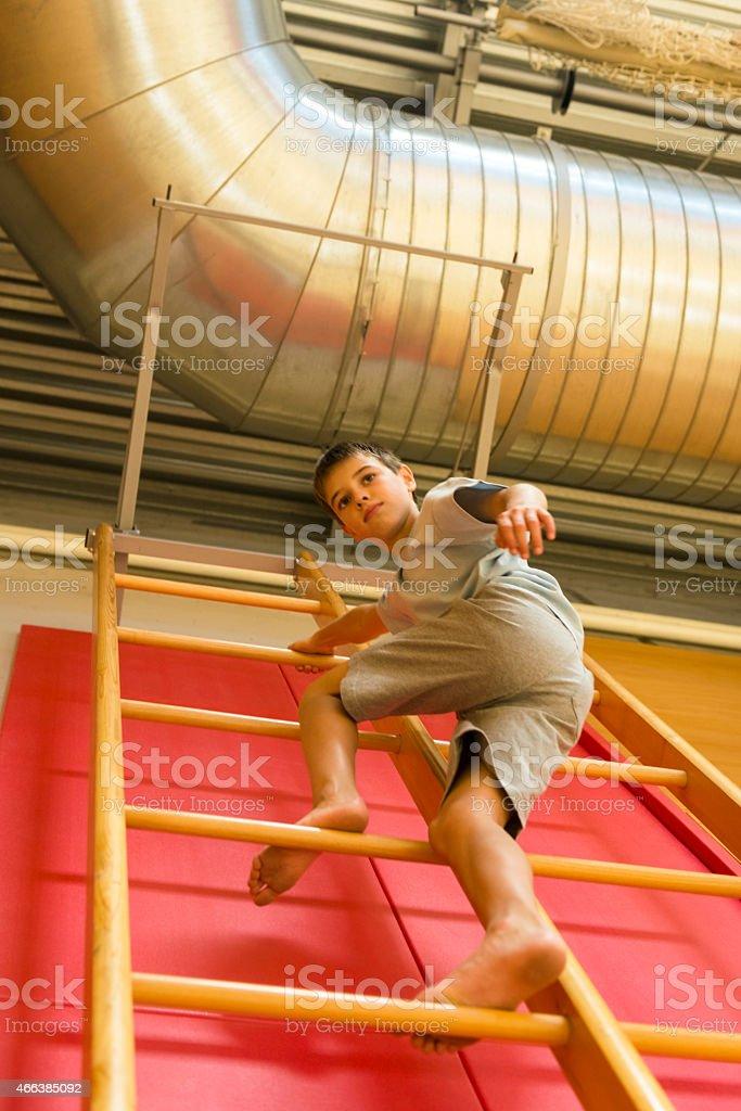 Ragazzo di undici discendente, ginnastica scala di scuola palestra, Europa - foto stock