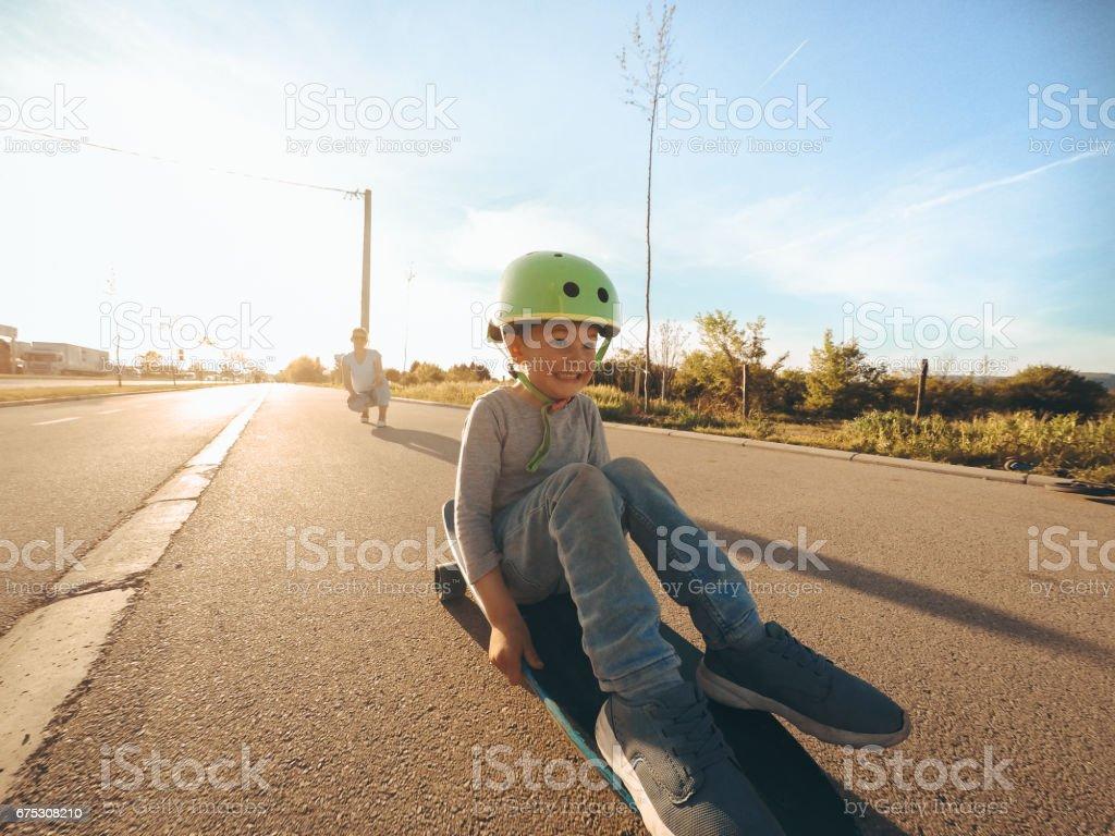 Menino em um skate - foto de acervo