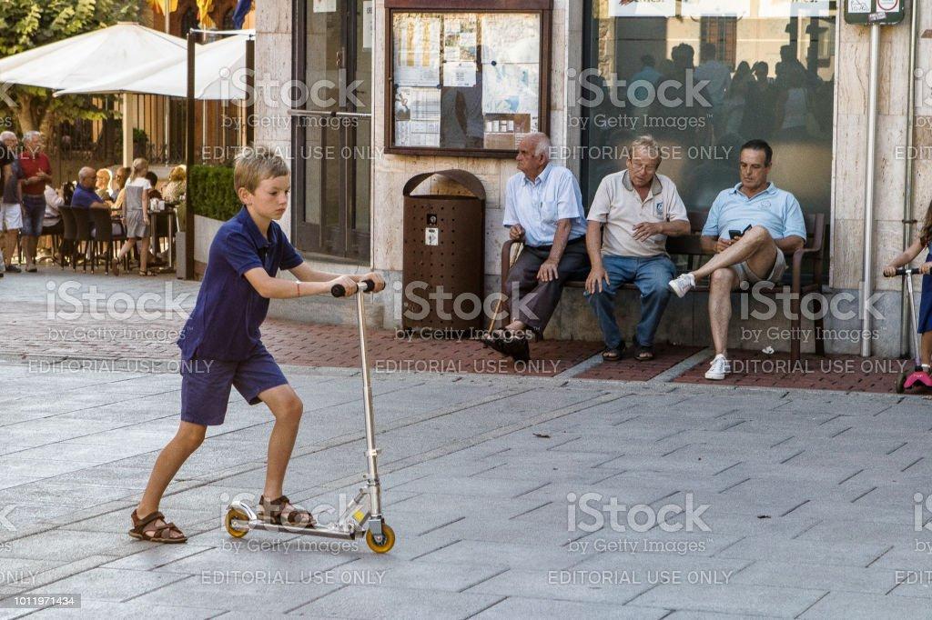 Niño sobre ruedas run - foto de stock