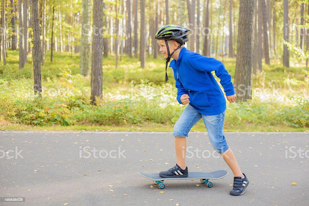 Menino andando de skate - foto de acervo