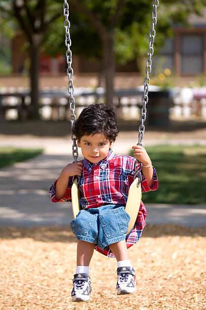 Junge auf Schaukel – Foto