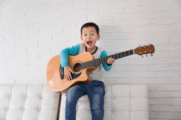 jungen - lautbildungsspiele stock-fotos und bilder