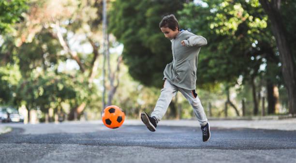 Junge mit Fußball spielen – Foto