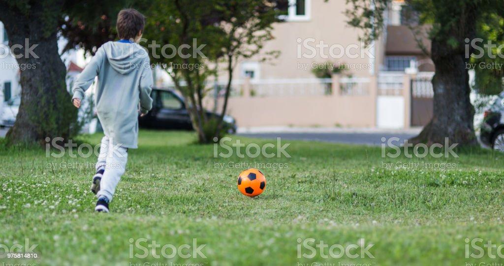 Junge mit Fußball spielen - Lizenzfrei 8-9 Jahre Stock-Foto