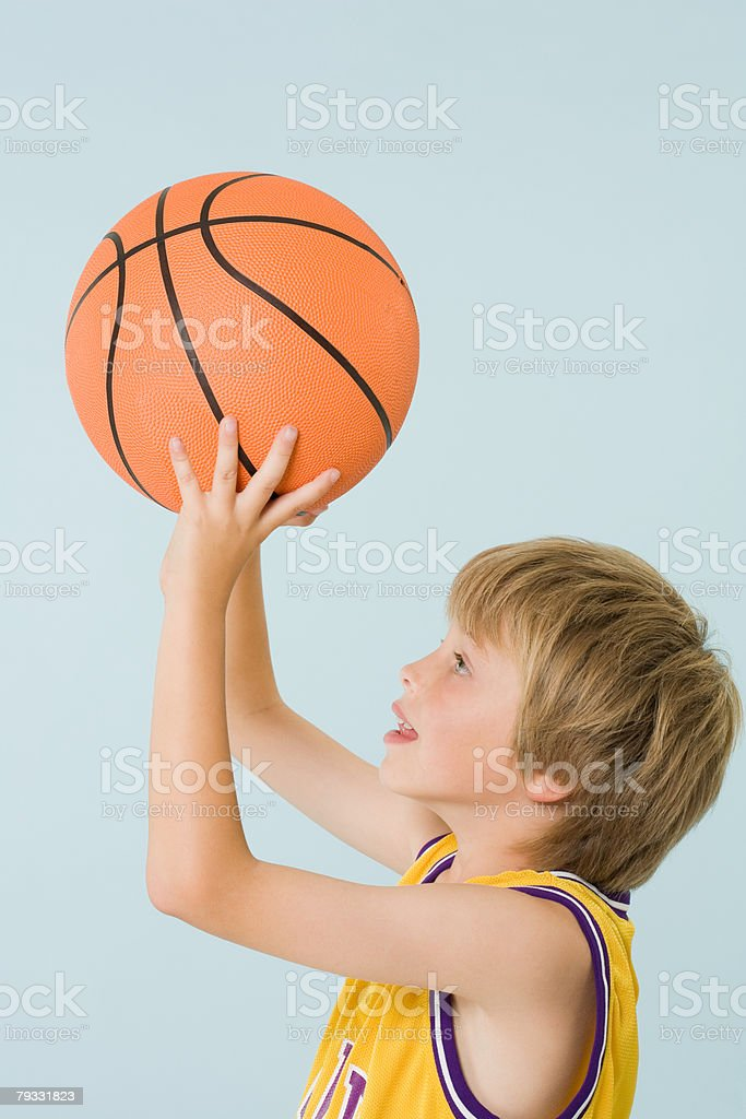 Menino Jogando basquete foto de stock royalty-free