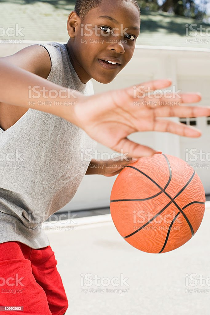 バスケットボールで遊ぶ少年 ロイヤリティフリーストックフォト