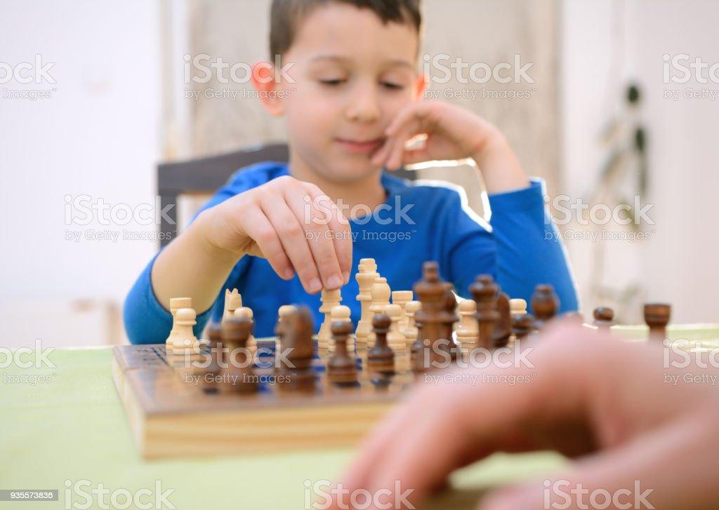 Junge beim Schachspiel zu Hause – Foto
