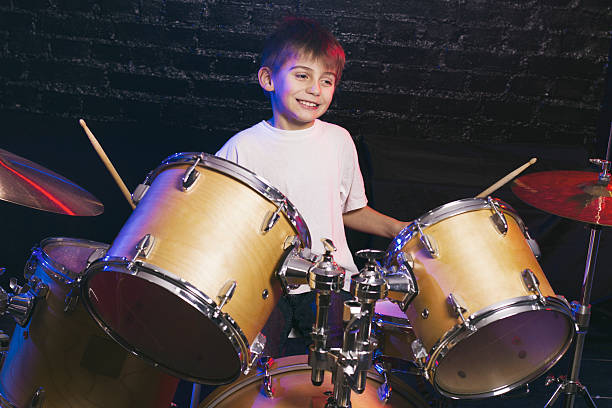 Chłopiec gra na perkusji – zdjęcie