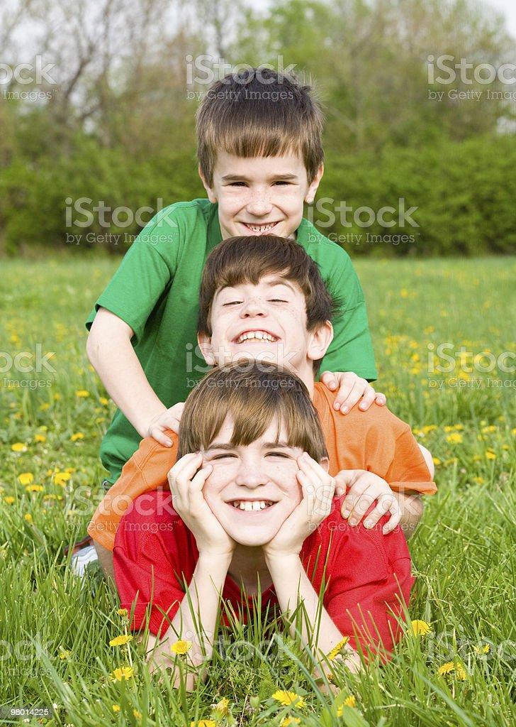 Menino brincando em um campo foto royalty-free