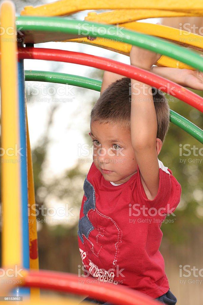Ragazzo giocando nel parco foto stock royalty-free
