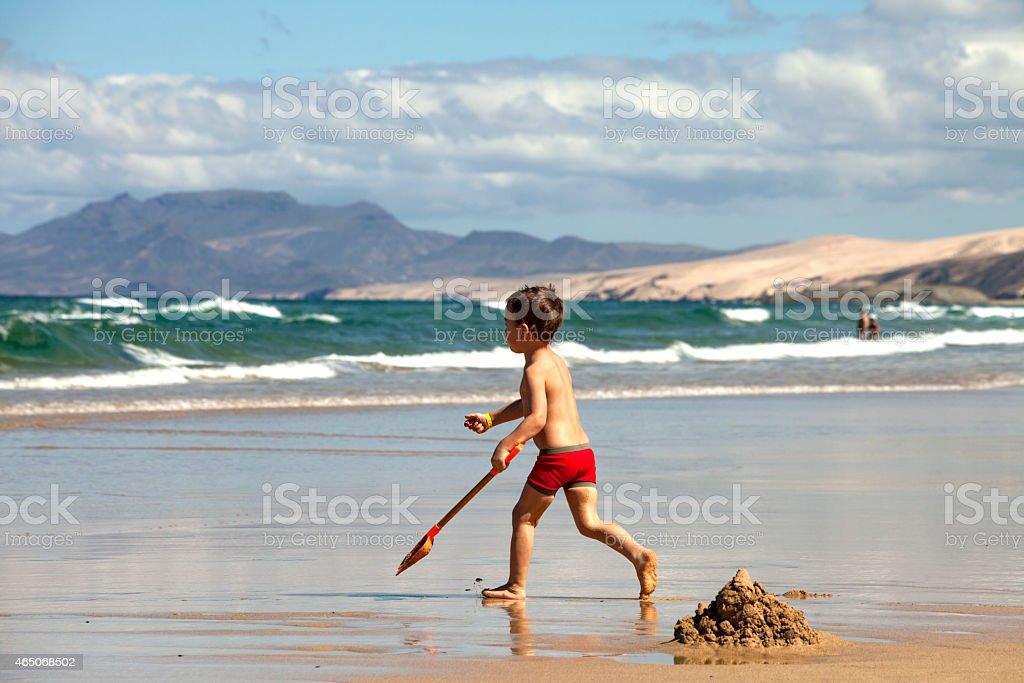 Jungen spielen am Strand – Foto