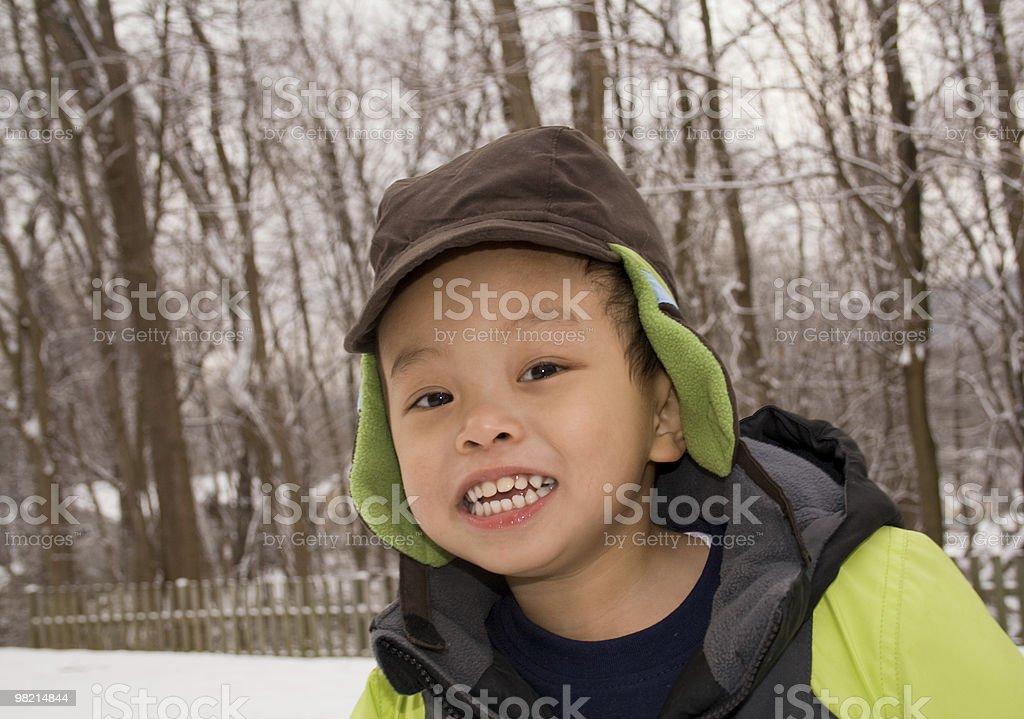 Ragazzo giocare all'aperto durante l'inverno foto stock royalty-free