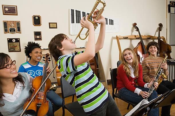 Junge spielt Trompete – Foto