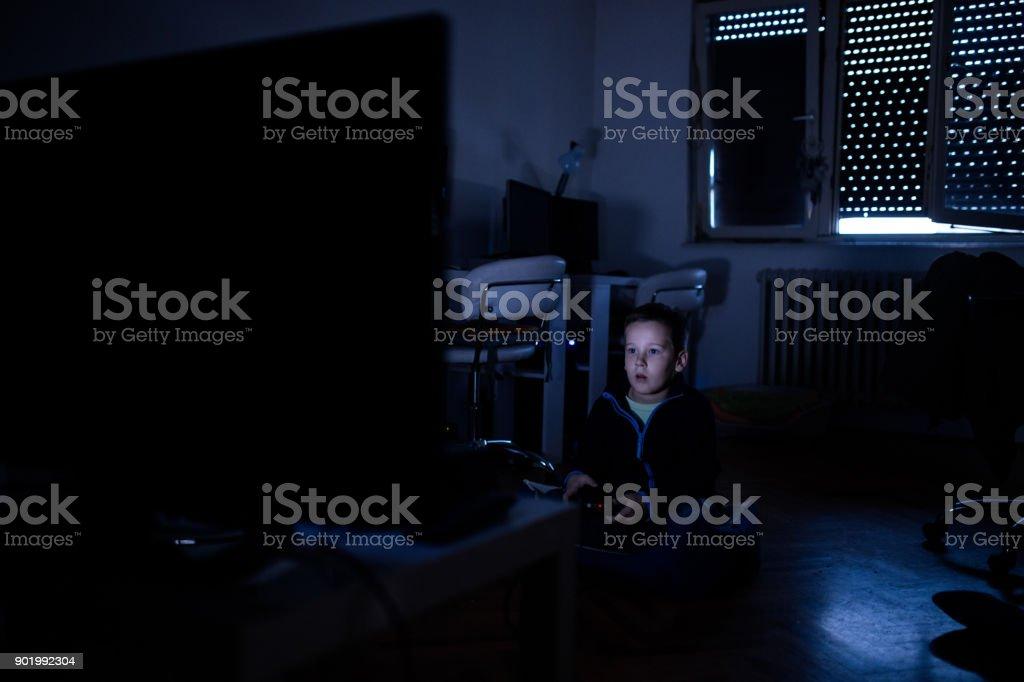 Muchacho Jugando Juegos De Video En Cuarto Oscuro Foto de stock y ...