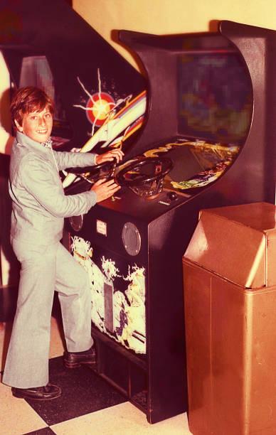 boy playing vintage video games - viagens anos 70 imagens e fotografias de stock