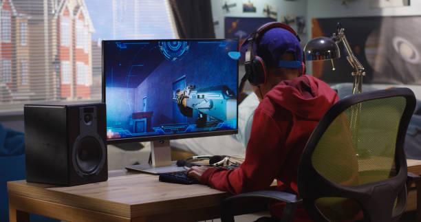 jongen spelen met een video game - gaming stockfoto's en -beelden