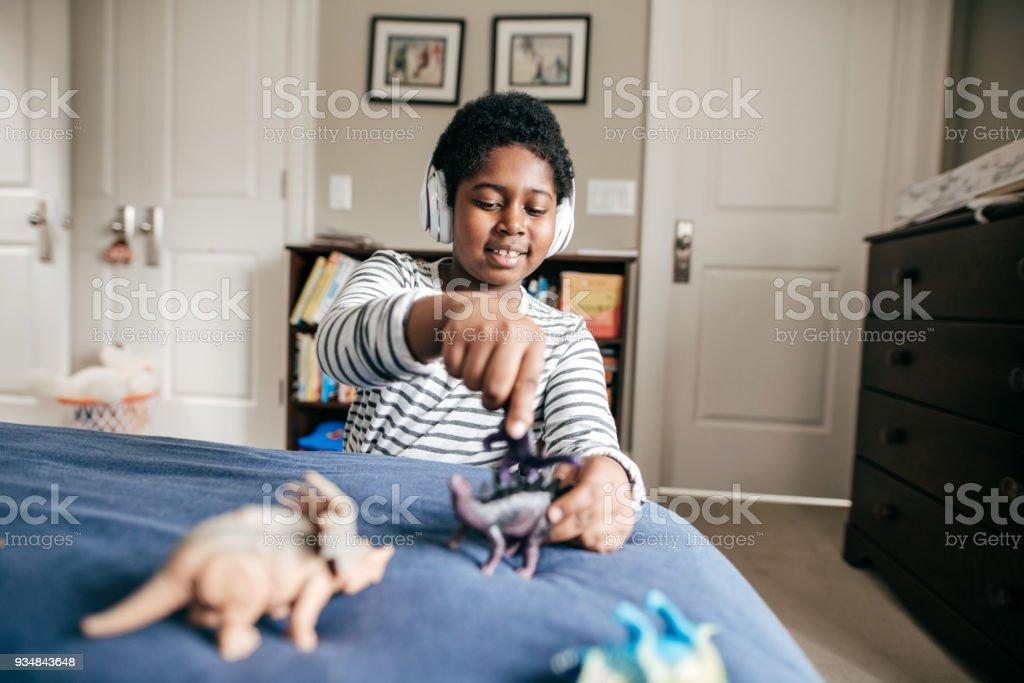 남자아이 장난감을 가지고 논다 - 로열티 프리 8-9 살 스톡 사진