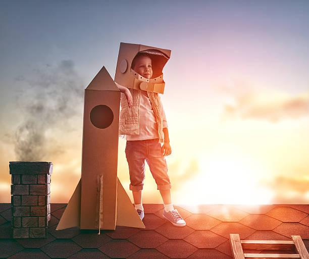 junge spielt astronaut - kleine jungen kostüme stock-fotos und bilder