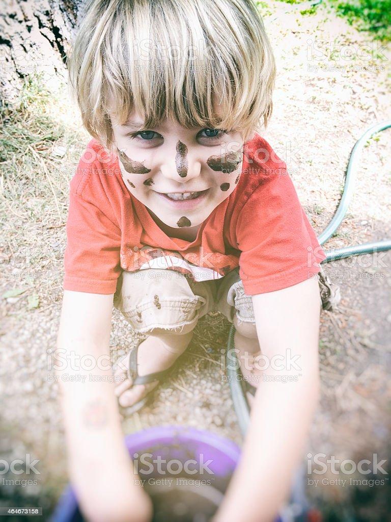 Menino brinca com lama - foto de acervo