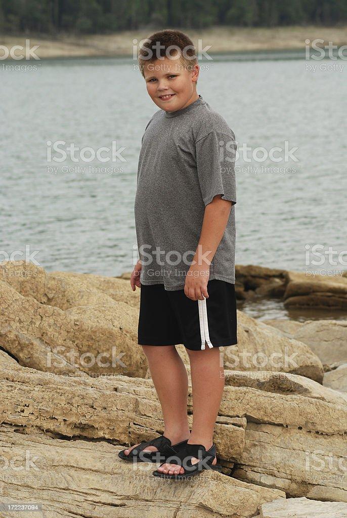 Menino posando by the Lake - foto de acervo