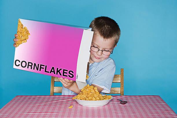 junge rühren corn kernel - kinder verpackung stock-fotos und bilder
