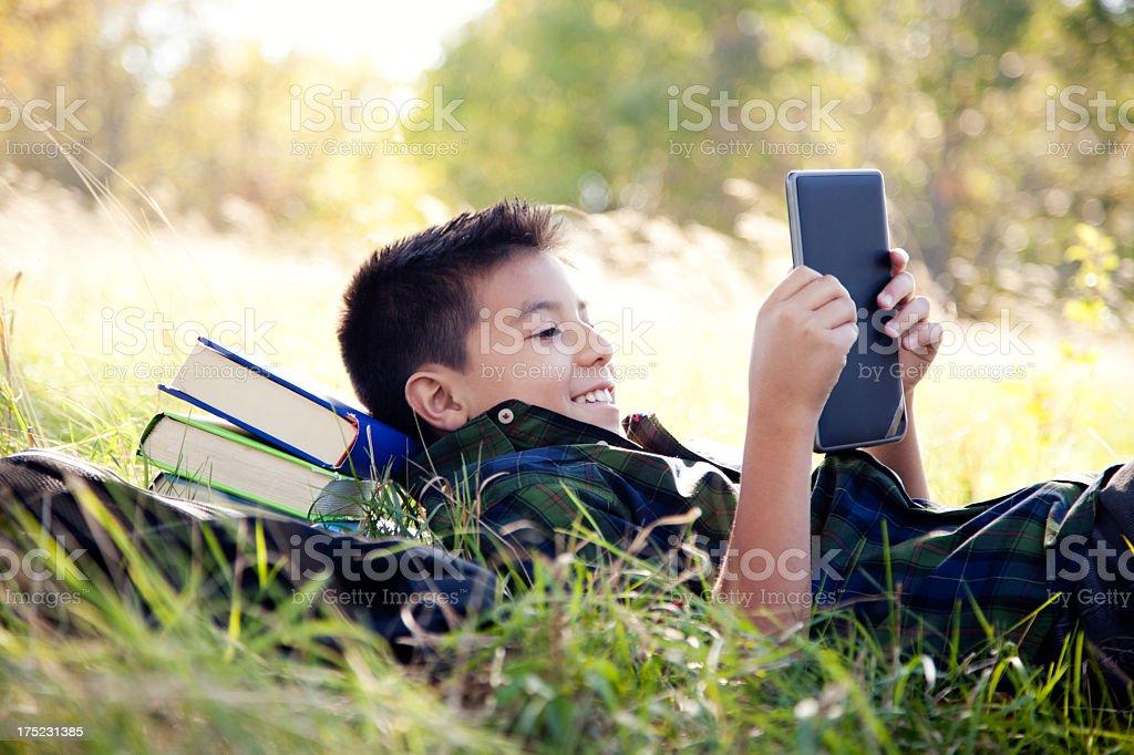 Junger student mit einem digitalen tablet – Foto