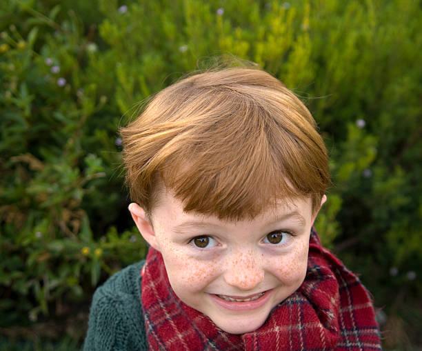 junge redhead. sommersprosse gesicht, lächeln christmas child & unfug kaffeemaschine - weihnachten 7 jährige stock-fotos und bilder