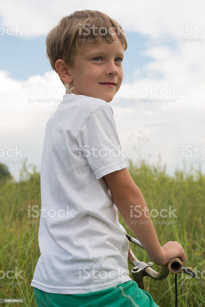Boy riding a bike outdoors on a sunny day Lizenzfreies stock-foto