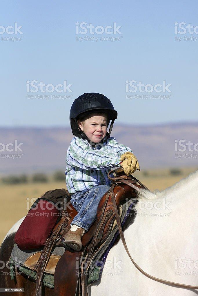 Niño montando un caballo - foto de stock
