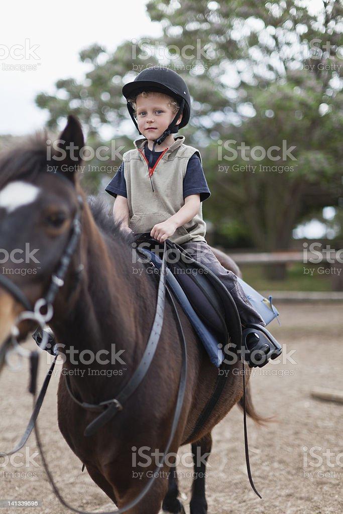 Junge Reiten Pferd in yard – Foto