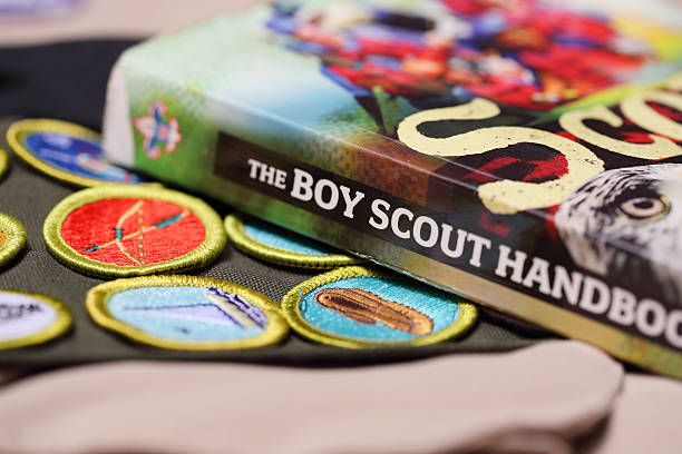 boy scout manual con los méritos tarjeta banda - boy scout fotografías e imágenes de stock