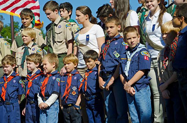 niño y niña scouts scouts - boy scout fotografías e imágenes de stock