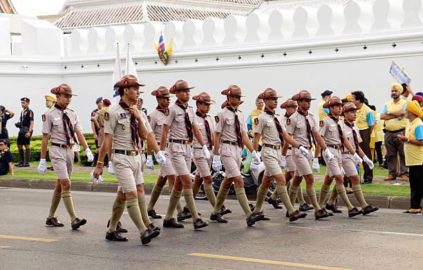 junge pfadfinder teilnehmer der parade, bangkok, thailand. - vorschulgeburtstag stock-fotos und bilder