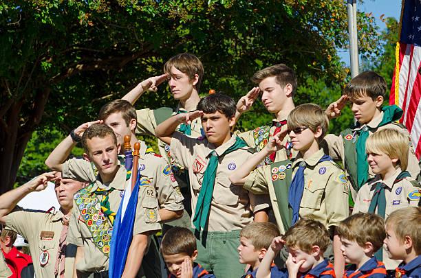 boy scouts hacer un saludo - boy scout fotografías e imágenes de stock