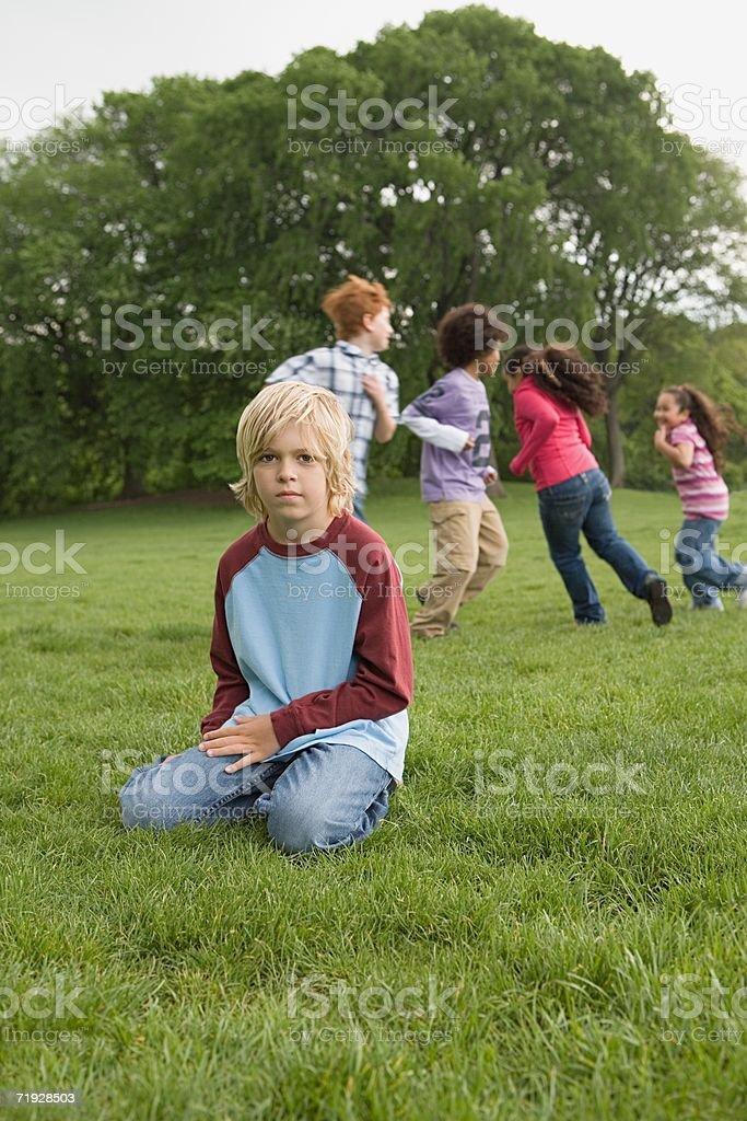 Junge getrennt von anderen Kindern spielen – Foto