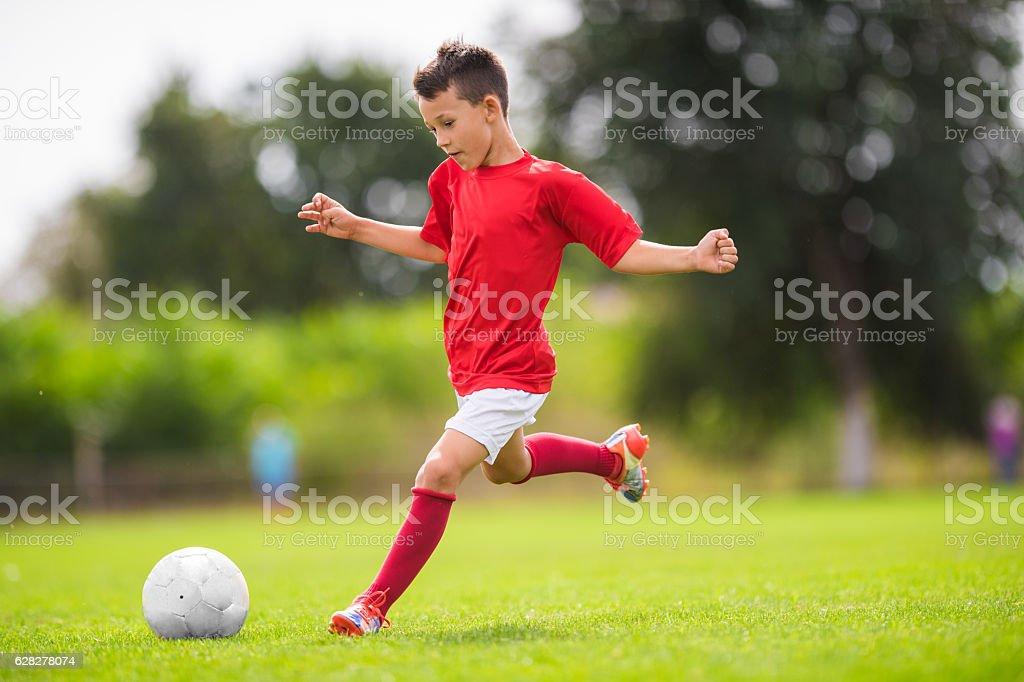 Menino Chutar ao gol - foto de acervo