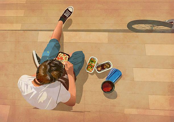 junge sitzen und essen mittagessen - mittagspause schild stock-fotos und bilder