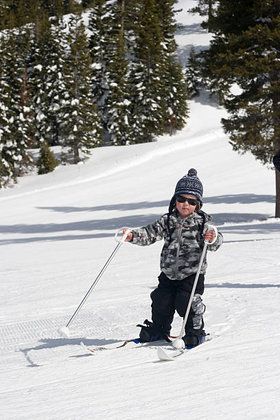 junge skifahren alpin - lake tahoe winter stock-fotos und bilder