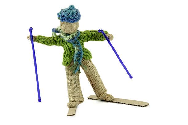 junge skifahren in sackleinen kunsthandwerk - kindermütze häkeln stock-fotos und bilder