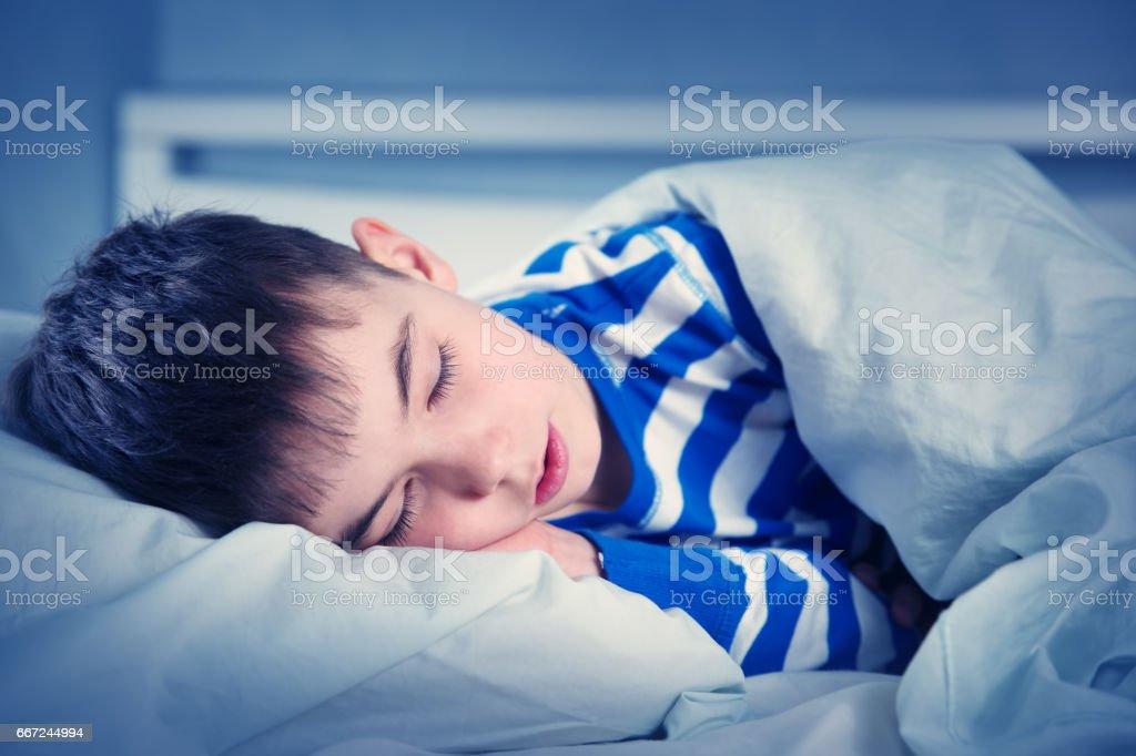Jungen schlafen im Bett im Pyjama – Foto