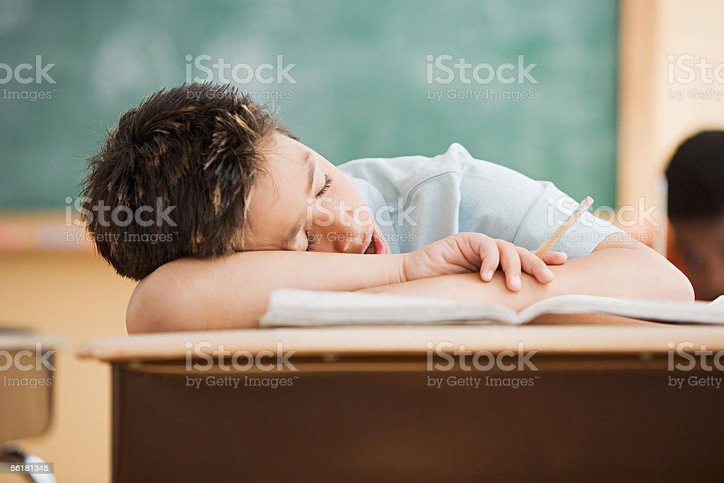 Garçon dormir au bureau u photos et plus d images de apprentissage
