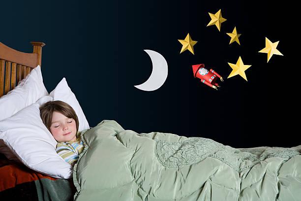 ein junge schlafen - bett für jungs stock-fotos und bilder