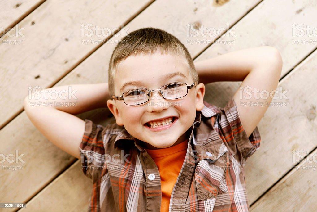 Junge lächelt in die Kamera. Lizenzfreies stock-foto